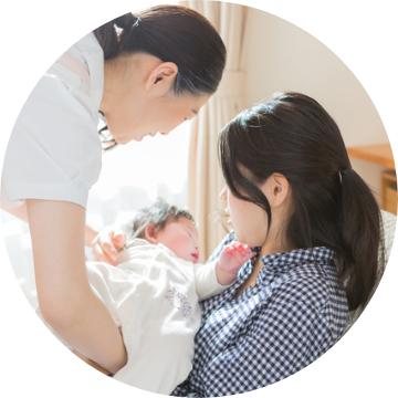 お母さんに赤ちゃんを手渡すスタッフ
